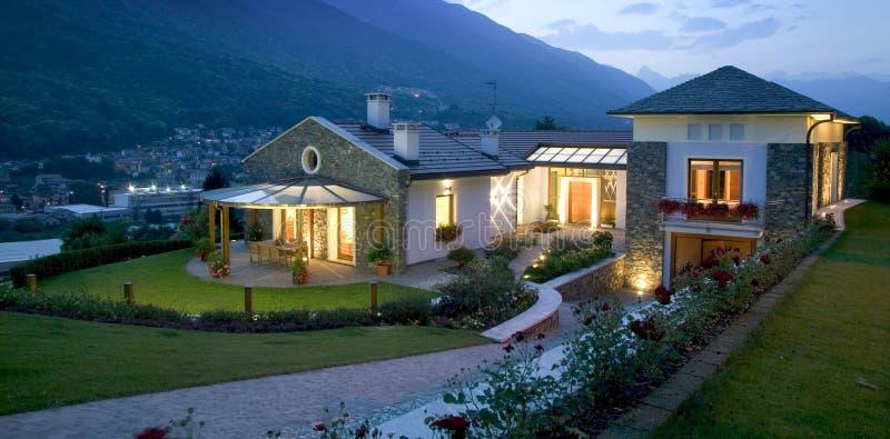 Het huis van de luxe bij zonsondergang stock foto