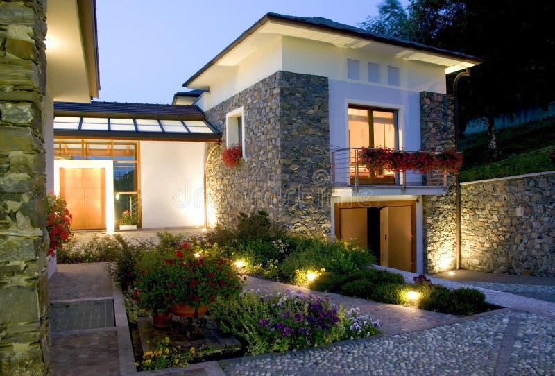 Het huis van de luxe bij zonsondergang