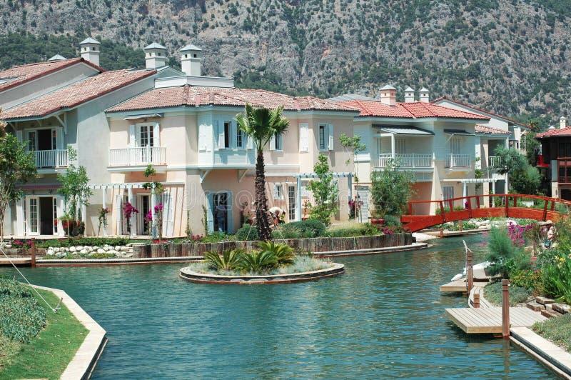 Het huis van de luxe dichtbij een water stock afbeelding