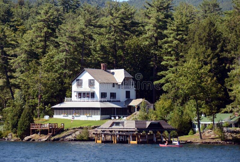 Het huis van de luxe lakefront stock foto
