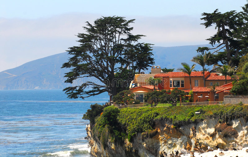Het huis van de luxe langs de kust van Californië stock afbeeldingen
