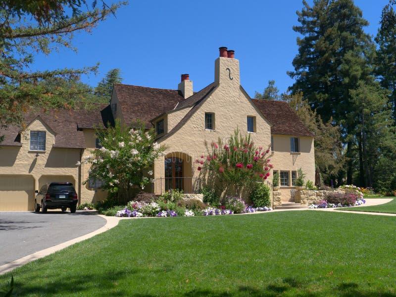 Het huis van de luxe met brede oprijlaan en voorgazon royalty-vrije stock foto