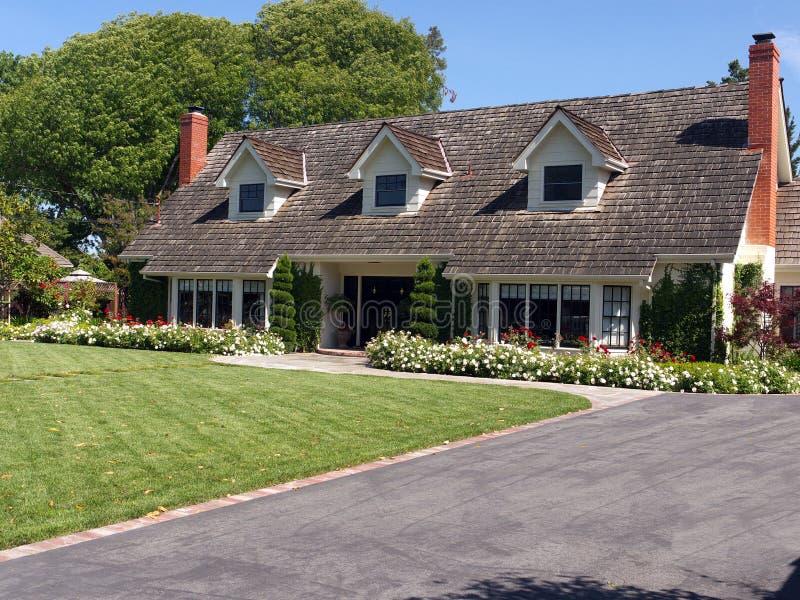 Het huis van de luxe met grote frontyard royalty-vrije stock foto