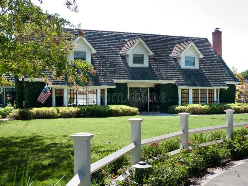 Het huis van de luxe met grote frontyard royalty-vrije stock foto's