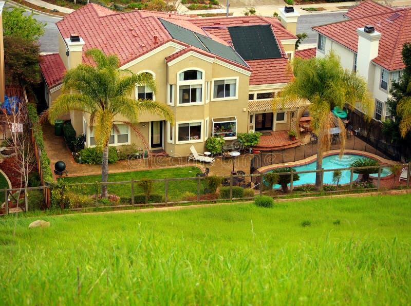 Het huis van de luxe met het verwarmen van panelen op dak stock foto