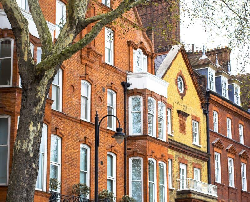 Het huis van de luxebaksteen met witte vensters op stil gebied in centraal Londen Flats op de banken van de Theems stock afbeeldingen