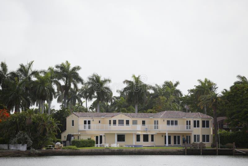 Het Huis Van De Luxewaterkant Stock Foto