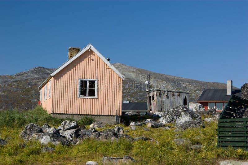 Het huis van de perzik in Groenland met loods het drogen vissen stock foto's