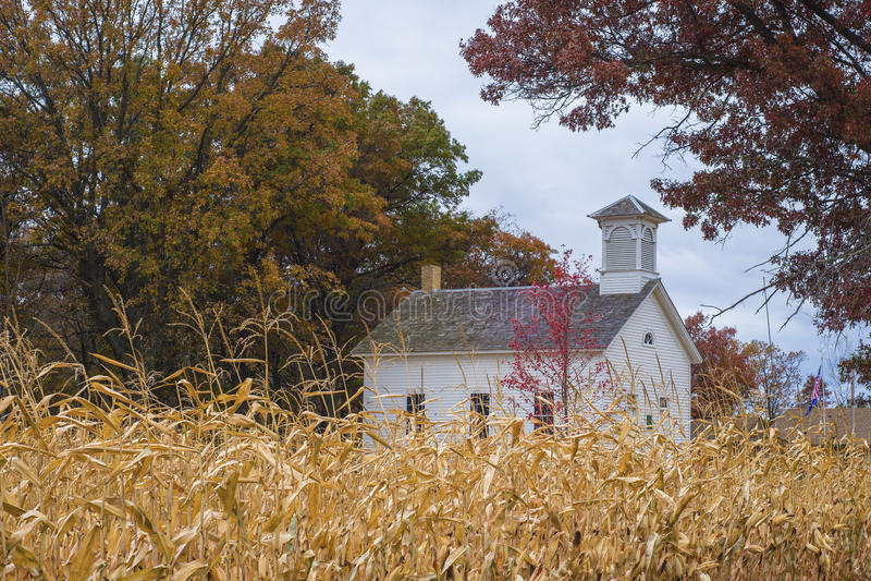 Het huis van de school, het gebied van het de herfstgraan royalty-vrije stock foto's
