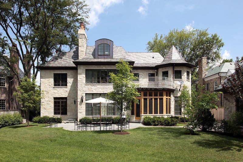 Het huis van de steen met terras royalty-vrije stock afbeelding