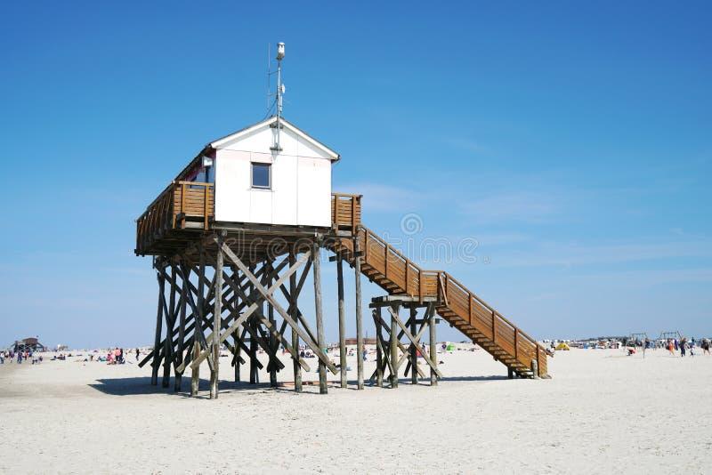 Het huis van de strandstelt bij Duitse kusttoevlucht St peter-Ording stock afbeelding