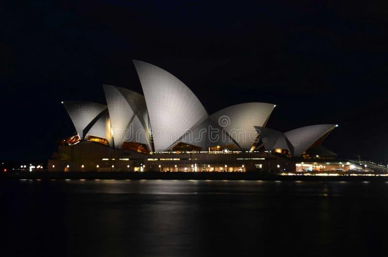 Het Huis van de Syndeyopera bij nacht stock afbeeldingen
