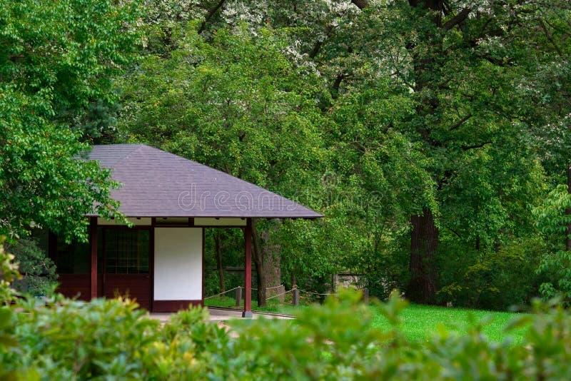 Het huis van de thee in groene tuin stock foto's