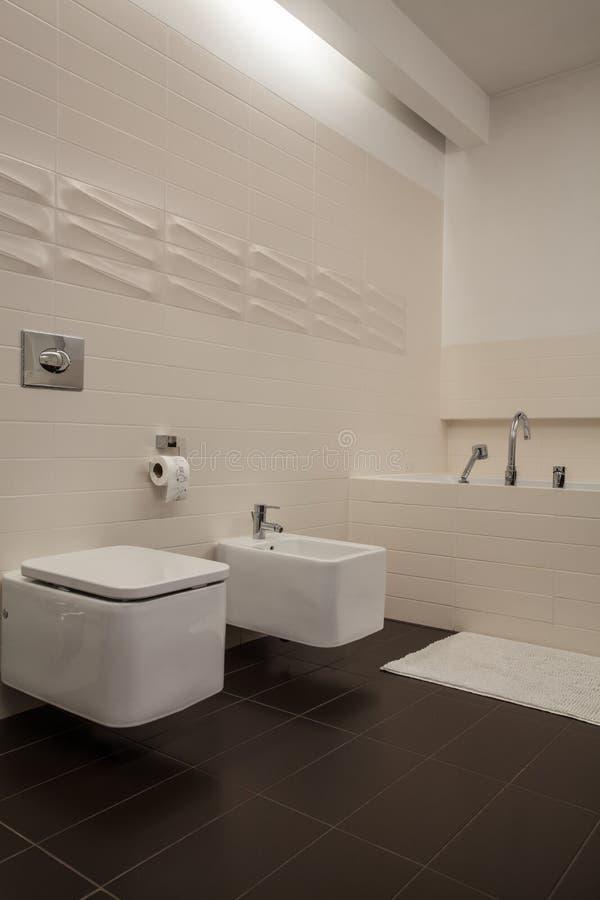 Het huis van de travertijn - badkamers stock foto