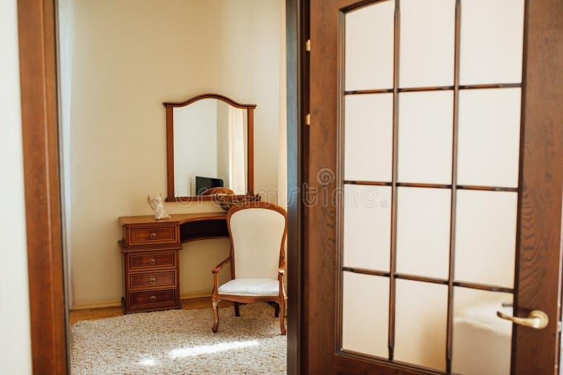 Het huis van de travertijn: binnenland van beige woonkamer royalty-vrije stock foto's