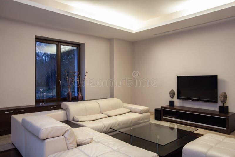 Het huis van de travertijn - comfortabele woonkamer stock fotografie