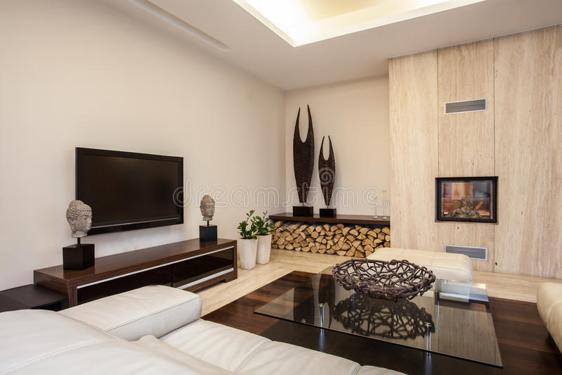 Het huis van de travertijn: Verlichte woonkamer royalty-vrije stock afbeeldingen