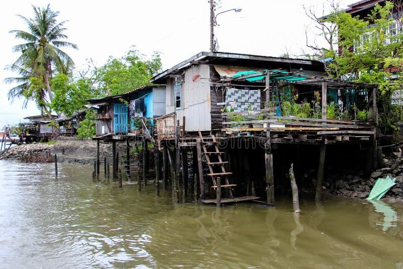 Het huis van de waterkant stock afbeelding