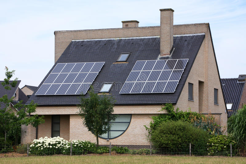 Het huis van de zonnecel royalty-vrije stock afbeelding