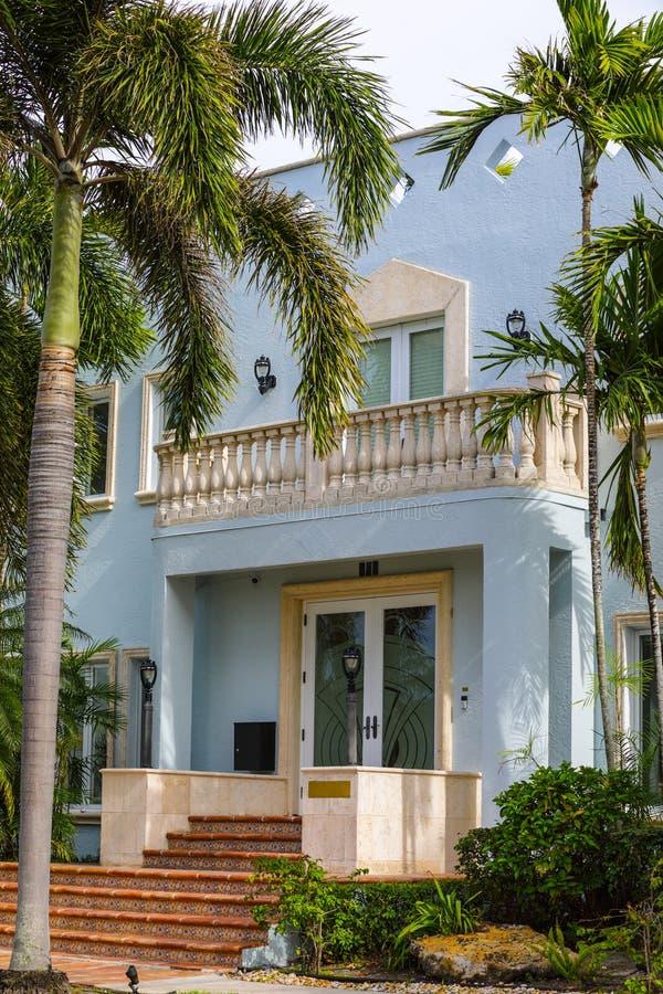 Het huis van Florida met palmen verticale samenstelling stock fotografie