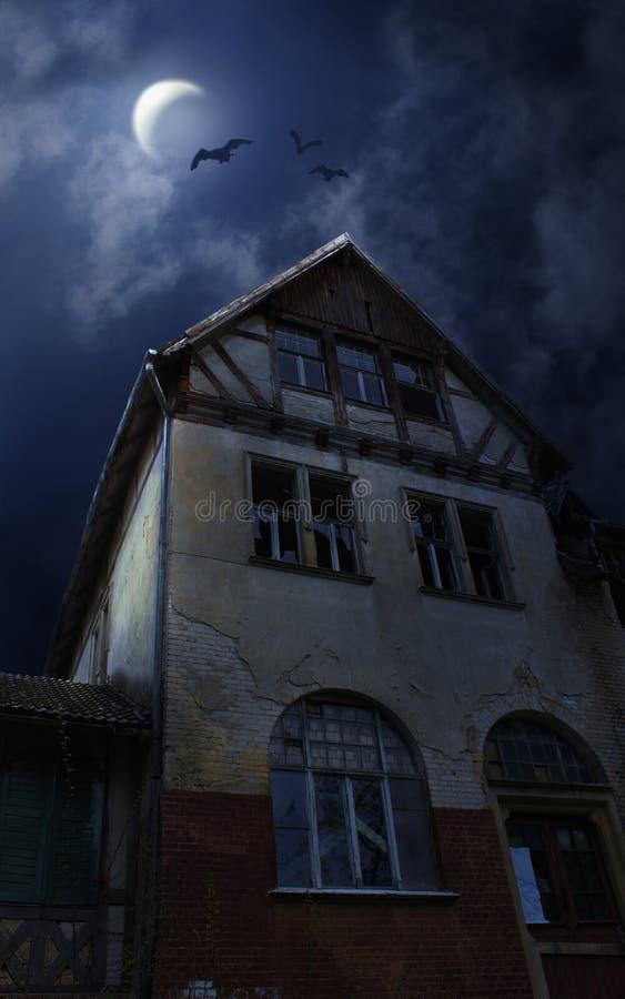 Het huis van Halloween met Maan en knuppels royalty-vrije stock foto