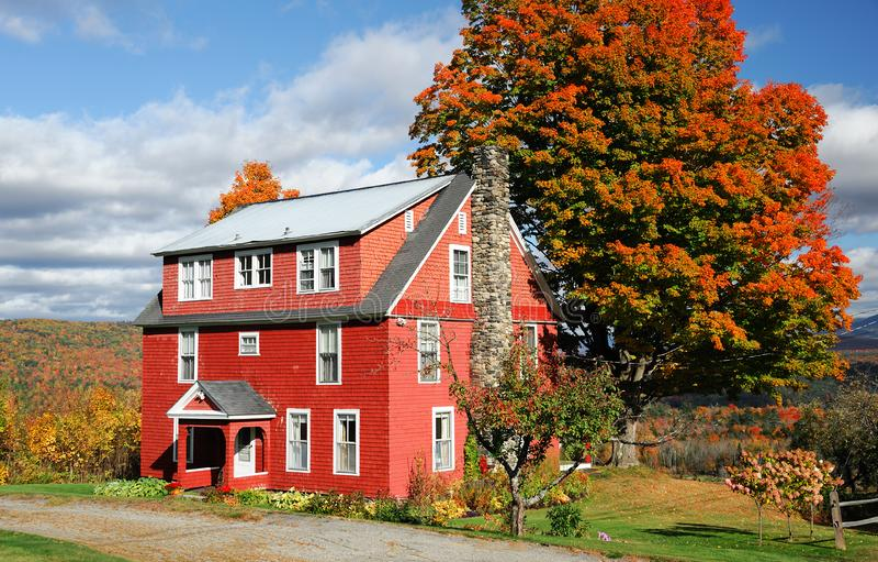 Het huis van het de herfstdorp in de stad van New England met heldere kleur in zonnige dag stock foto's