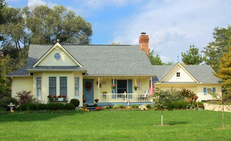 Het huis van het plattelandshuisje stock afbeelding