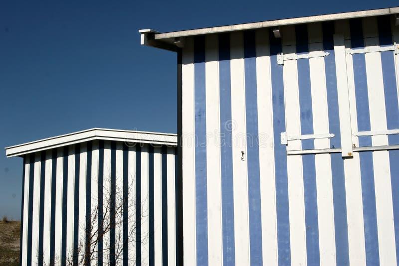 Het huis van het strand in het noorden seeland stock afbeelding