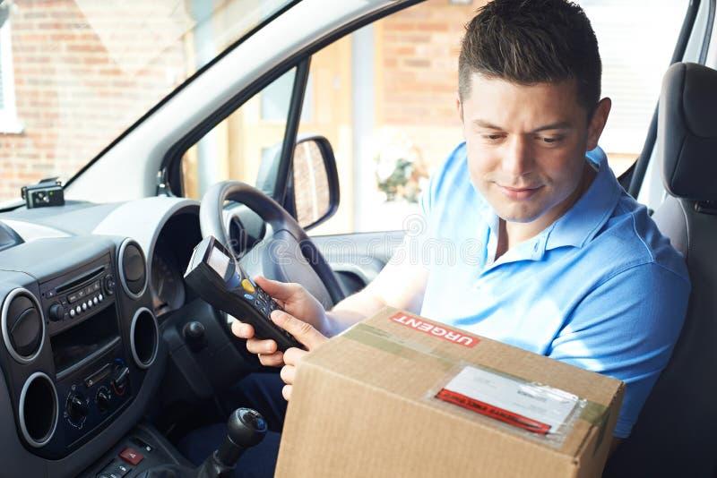 Het Huis van koeriersIn Van Delivering Package To Domestic royalty-vrije stock afbeelding