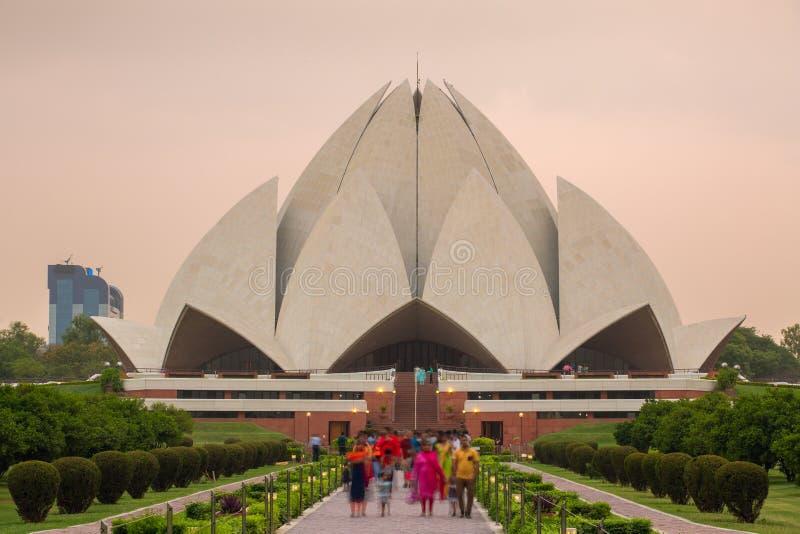 Het Huis van Lotus Temple of Bahai-van Verering tijdens zonsondergang in New Delhi stock foto