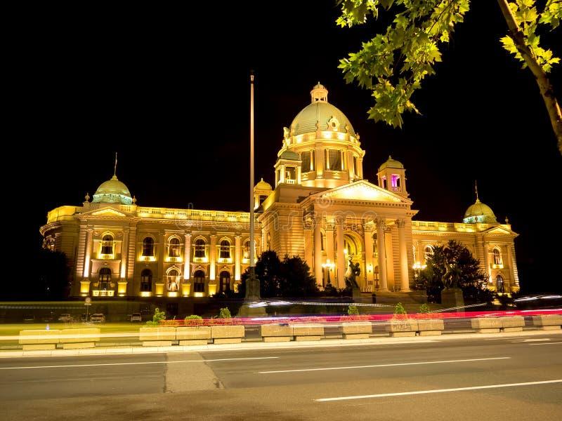 Het huis van het parlement bij nacht in Belgrado royalty-vrije stock foto