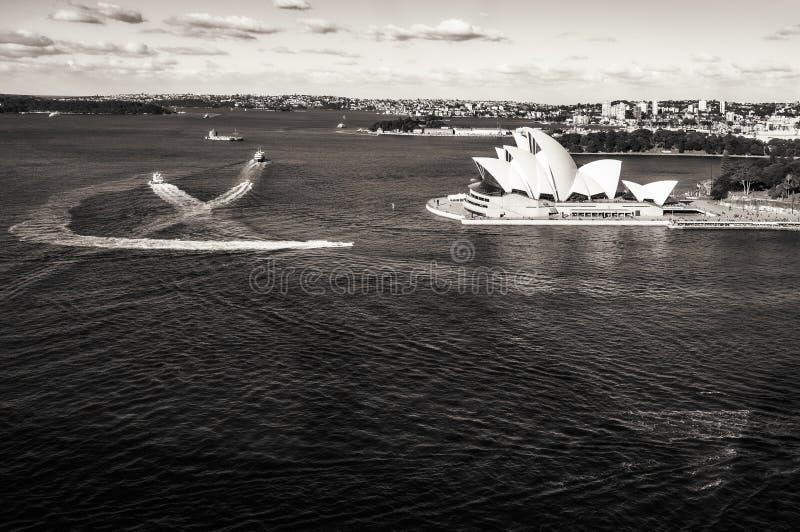 Het Huis van Sydney Harbour en van de Opera in zwart-wit stock afbeeldingen