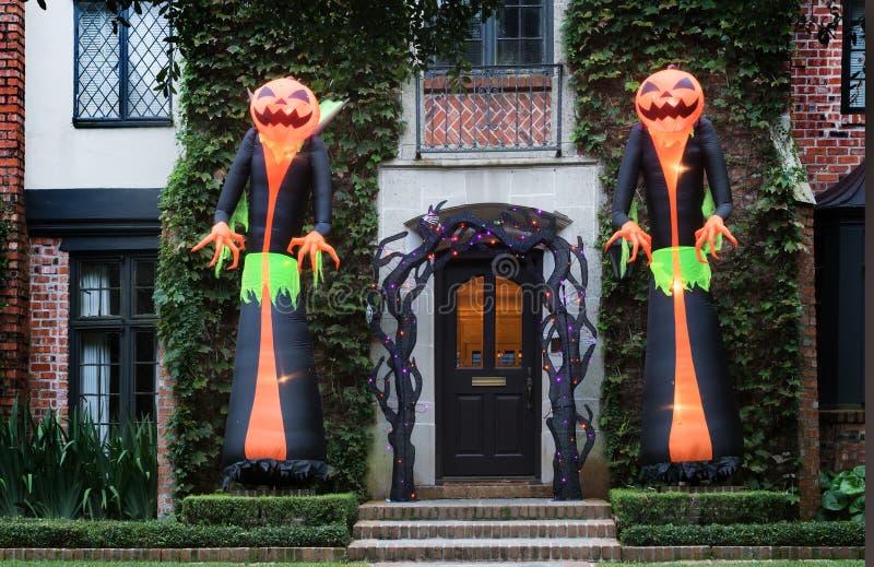 Het huis is verfraaid voor Halloween: Reusachtige opblaasbare monste twee stock fotografie
