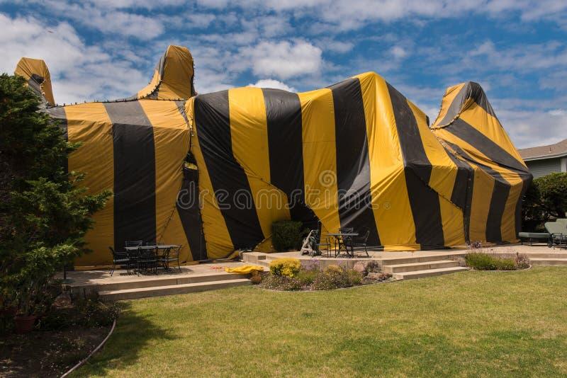Het huis wordt behandeld door tent voor beroking royalty-vrije stock foto