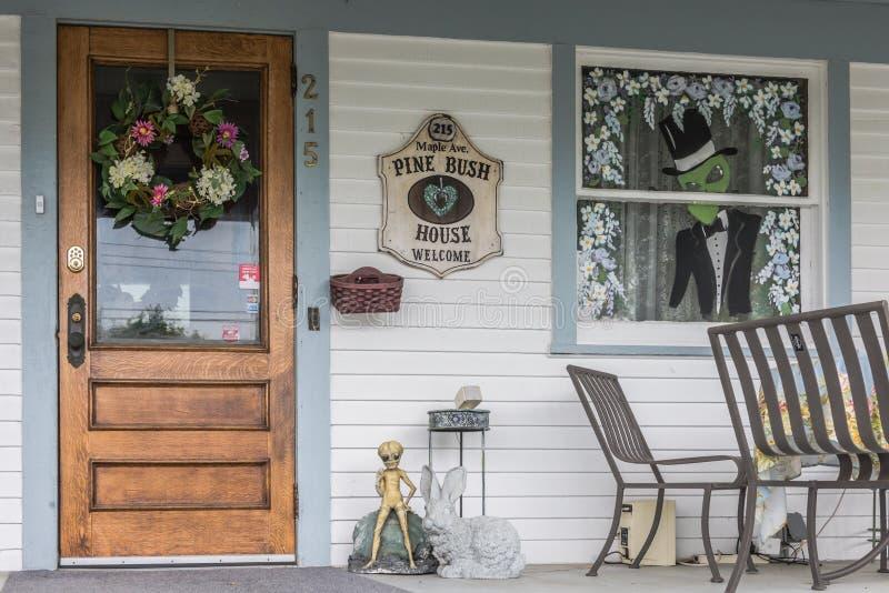 Het Huisbed van pijnboombush - en - ontbijtdeur royalty-vrije stock afbeeldingen