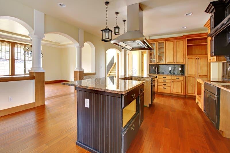 Het huisbinnenland van de nieuwe bouwluxe. Keuken met mooie details. royalty-vrije stock fotografie