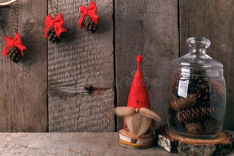 Het huisdecor van de winter Kerstmis rustiek binnenland De stijl van de boerderijdecoratie decoratieve gnoom en een kruik van keg stock foto