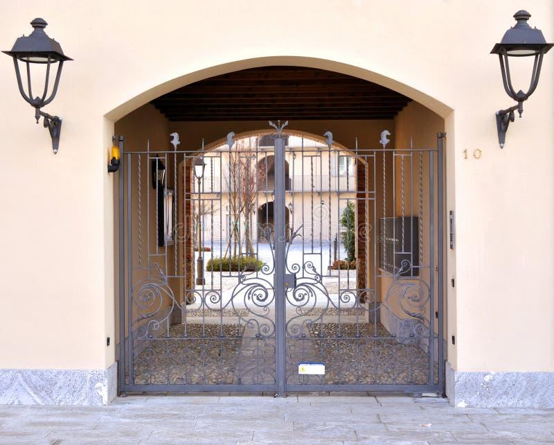 Het huisingang van de ijzerpoort royalty-vrije stock fotografie