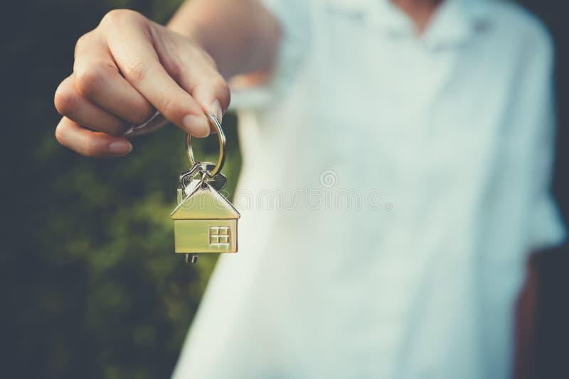 Het huismodel van de handholding stock fotografie