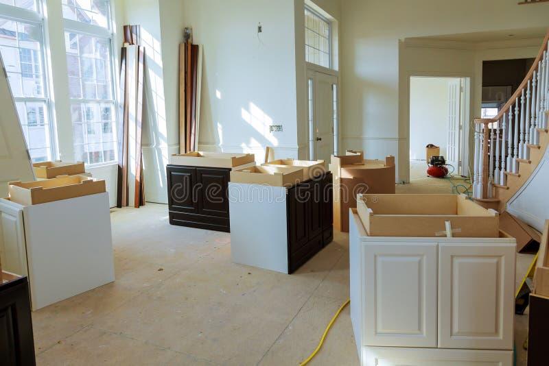 Het huisverbetering de Keuken remodelleert mening in een nieuwe keuken wordt geïnstalleerd die stock foto's