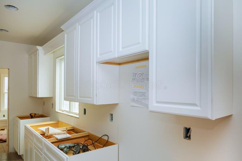Het huisverbetering de Keuken remodelleert mening in een nieuwe keuken wordt geïnstalleerd die royalty-vrije stock fotografie