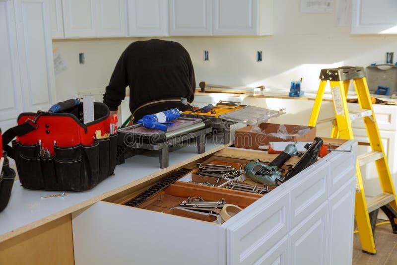 Het huisverbetering de Keuken remodelleert mening in een nieuwe keuken wordt geïnstalleerd die stock afbeelding