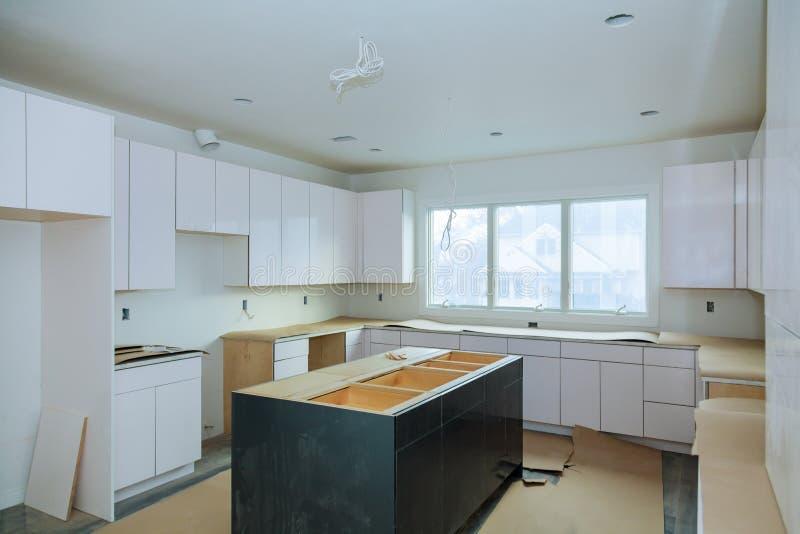 Het huisverbetering de Keuken remodelleert worm& x27; s geïnstalleerde mening stock afbeelding