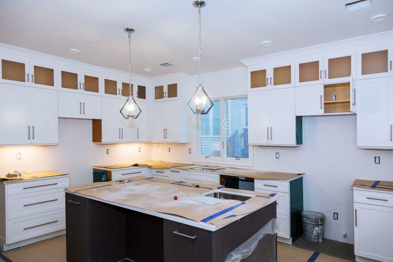 Het huisverbetering de Keuken remodelleert worm& x27; s mening in nieuwe keuken wordt geïnstalleerd die royalty-vrije stock afbeelding