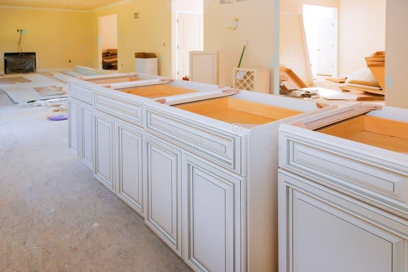 Het huisverbetering keukenmening in een nieuwe keukenkast wordt ge?nstalleerd die royalty-vrije stock foto's