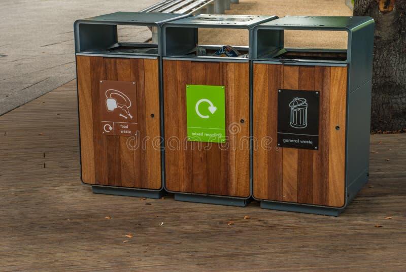 Het huisvuil van de scheidingstank om Soort door kleur te recycleren voor het gemak van het sorteren En opslag Geleverd aan het r stock afbeelding