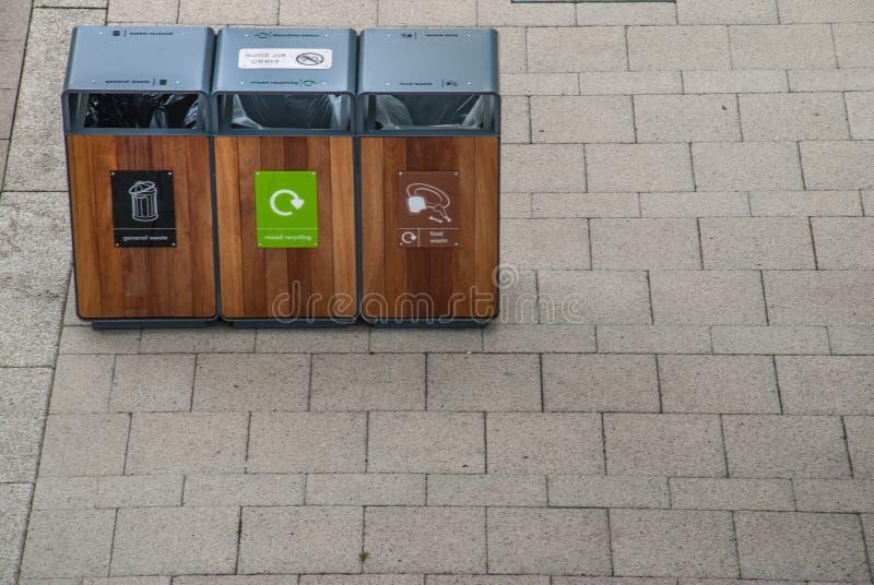 Het huisvuil van de scheidingstank om Soort door kleur te recycleren voor het gemak van het sorteren En opslag Geleverd aan het r royalty-vrije stock afbeeldingen
