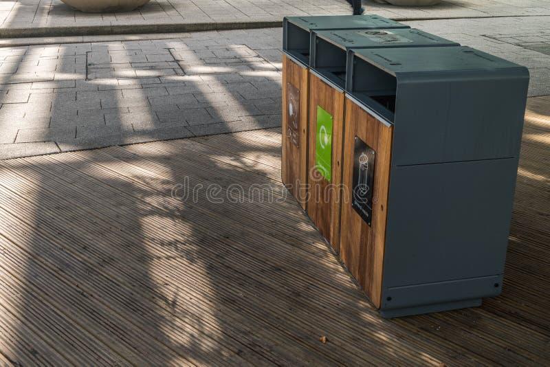 Het huisvuil van de scheidingstank om Soort door kleur te recycleren voor het gemak van het sorteren En opslag Geleverd aan het r royalty-vrije stock foto's