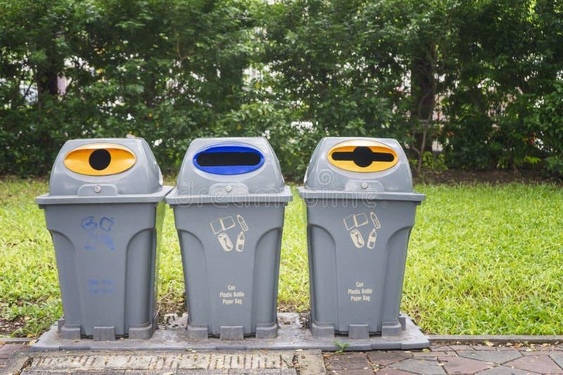 Het huisvuil van de scheidingstank in park, Afvalscheiding te recycleren voor het gemak van het sorteren, Droog omvat houten en v royalty-vrije stock fotografie