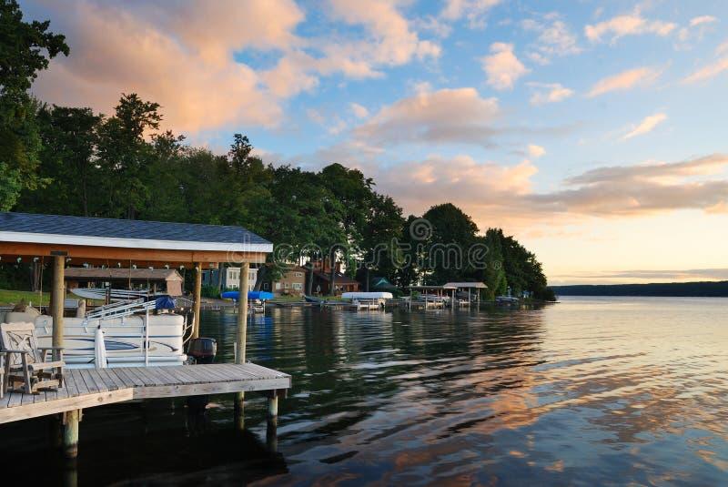 Het huiszonsopgang van het meer royalty-vrije stock afbeelding